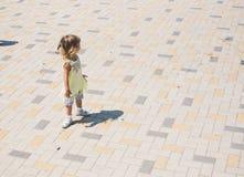 Маленькая курчавая белокурая девушка играя outdoors Стоковое Изображение RF