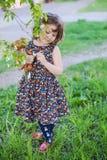 Маленькая курчавая девушка с плюшевым медвежонком в его руках Стоковые Фотографии RF