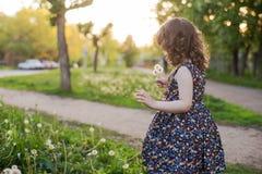 Маленькая курчавая девушка с плюшевым медвежонком в его руках Стоковое Фото