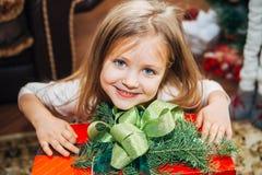 Маленькая милая девушка держа подарок рождества Стоковое фото RF