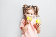 Маленькая милая девушка есть яблоко надпись идет Vegan Стоковая Фотография