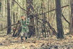 Маленькая милая девушка около ее хаты в лесе Стоковое фото RF