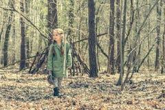Маленькая милая девушка около ее хаты в лесе Стоковое Фото