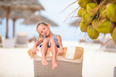 Маленькая милая девушка около кокосовой пальмы на белом экзотическом пляже Стоковое Изображение RF