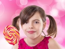 Маленькая милая девушка с леденцом на палочке Стоковые Фото
