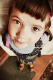 Маленькая милая девушка с коричневыми косичками волос стоковые изображения rf