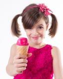 Маленькая милая девушка с мороженым над белизной стоковое изображение
