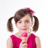 Маленькая милая девушка с мороженым над белизной стоковые фотографии rf