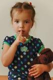 Маленькая милая девушка с мягкой игрушкой в руке Стоковые Фото