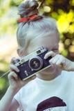 Маленькая милая девушка с ретро камерой Стоковое Изображение