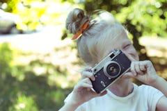 Маленькая милая девушка с ретро камерой Стоковое фото RF