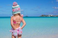 Маленькая милая прелестная девушка на тропическом пляже Стоковое Изображение