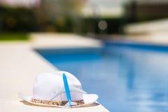 Маленькая модель воздушных судн и шляпа соломы белая близко Стоковые Изображения RF