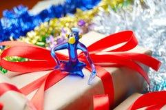 Маленькая обезьяна на подарочной коробке Стоковые Фотографии RF