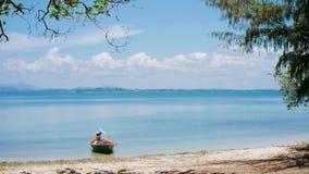 Маленькая лодка в спокойном море лета стоковое изображение