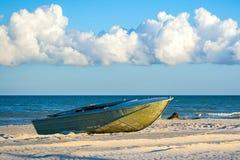 Маленькая лодка на предпосылке красивых облаков Стоковая Фотография