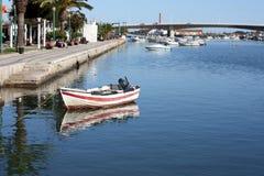 Маленькая лодка на реке на Tavira, Португалии Стоковое фото RF