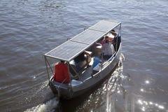 Маленькая лодка на солнечной энергии Стоковая Фотография