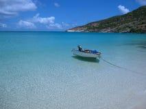 Маленькая лодка около видеть через пляж морской воды Стоковые Изображения