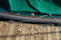 Маленькая лодка связанная на доке Стоковые Изображения RF