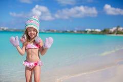 Маленькая прелестная девушка в теплой связанной шляпе и Стоковые Фотографии RF
