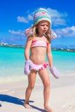 Маленькая прелестная девушка в теплой связанной шляпе и Стоковое Изображение RF