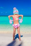 Маленькая прелестная девушка в теплой связанной шляпе и Стоковая Фотография