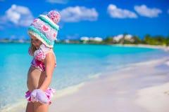 Маленькая прелестная девушка в теплой связанной шляпе и Стоковые Изображения RF