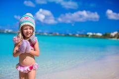 Маленькая прелестная девушка в теплой связанной шляпе и Стоковые Фото