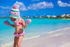 Маленькая прелестная девушка в теплой связанной шляпе и Стоковая Фотография RF