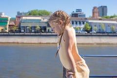 Маленькая прелестная девушка на палубе плавания корабля в большом городе Стоковая Фотография