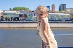 Маленькая прелестная девушка на палубе плавания корабля в большом городе Стоковое фото RF