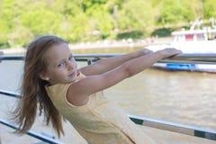 Маленькая прелестная девушка на палубе плавания корабля в большом городе Стоковое Изображение RF