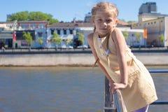 Маленькая прелестная девушка на палубе плавания корабля в большом городе Стоковое Изображение