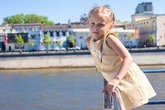 Маленькая прелестная девушка на палубе плавания корабля в большом городе Стоковое Фото