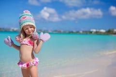 Маленькая прелестная девушка на тропическом пляже Стоковая Фотография RF