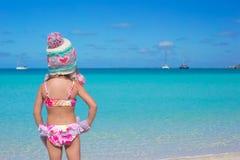 Маленькая прелестная девушка на тропическом пляже Стоковые Фото