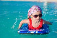 Маленькая прелестная девушка на surfboard в бирюзе Стоковые Фотографии RF