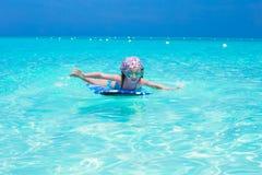 Маленькая прелестная девушка на surfboard в Стоковое фото RF