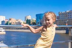 Маленькая прелестная девушка ослабляя на роскошной яхте Стоковое Фото