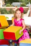 Маленькая прелестная девушка празднуя 3 года дня рождения Оягнитесь нося hairband цветка на партии outdoors на летний день Стоковое Изображение RF
