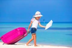 Маленькая прелестная девушка с большим чемоданом на тропическом Стоковое Изображение