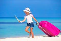 Маленькая прелестная девушка с большим чемоданом на тропическом Стоковое Изображение RF