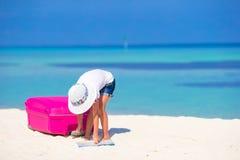Маленькая прелестная девушка с большим чемоданом на тропическом Стоковая Фотография RF