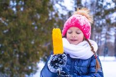 Маленькая прелестная девушка с сладостной мозолью на зиме Стоковые Фотографии RF