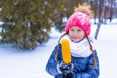 Маленькая прелестная девушка с сладостной мозолью на зиме Стоковая Фотография