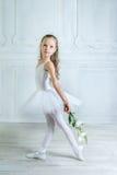 Маленькая прелестная молодая балерина в шаловливом настроении в взаимо- Стоковое фото RF