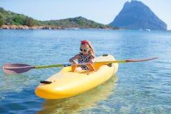 Маленькая прелестная счастливая девушка сплавляться в голубом море Стоковое Фото