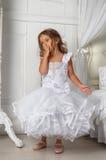 Маленькая принцесса в умном белом платье Стоковые Изображения