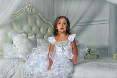 Маленькая принцесса в умном белом платье Стоковые Фотографии RF